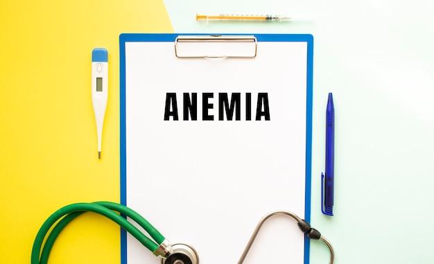 Anemia-tekst op een briefhoofd in een medische map op een mooie achtergrond.