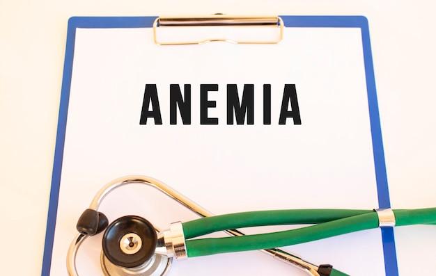 Anemia-tekst op medische map met documenten en stethoscoop