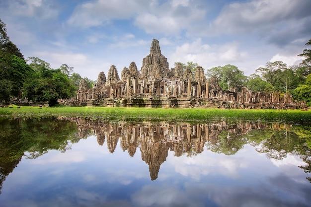 Angkor thom ligt verscholen tussen het regenwoud