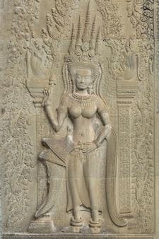 Angkor wat, siem reap, cambodja. gesneden art sand stenen sculptuur op de muur in angkor wat. apsara is een hoek van het oude cambodja in de hindoeïstische religie.