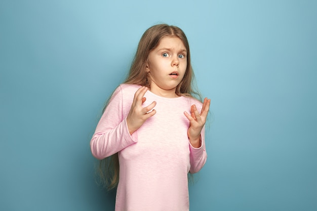 Angst. verrast bang tiener meisje op blauw. gezichtsuitdrukkingen en mensen emoties concept