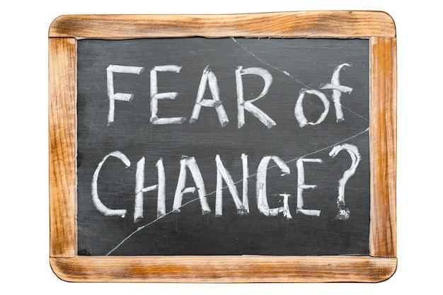 Angst voor verandering vraag handgeschreven op vintage school leisteen bord geïsoleerd op wit