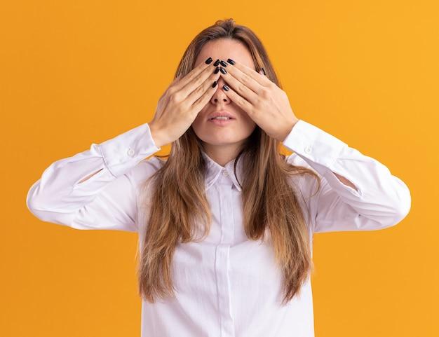 Angstig jong mooi kaukasisch meisje bedekt ogen met handen
