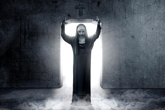 Angstige duivelse non achtervolgde de donkere kamer