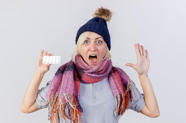 Angstige jonge blonde zieke slavische vrouw met muts en sjaal