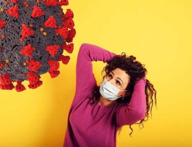 Angstige uitdrukking van een vrouw die bang is om het coronavirus te krijgen