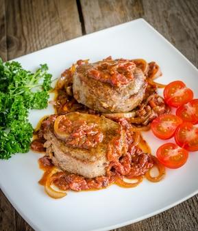 Angus beef steaks met geroosterde tomatensaus