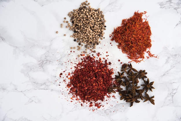 Anijs, witte peper, chili pepervlokken en saffraanhopen