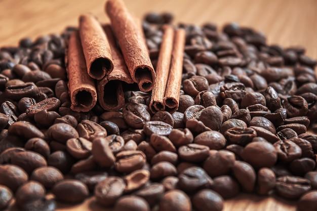 Anijssterren en kaneel op gebrande koffiebonen.selectiv focus .food