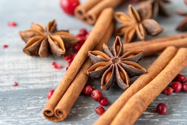 Anijszaadjes, kaneelstokjes en roze peper - kruiden voor het koken van vlees, cakes of glühwein