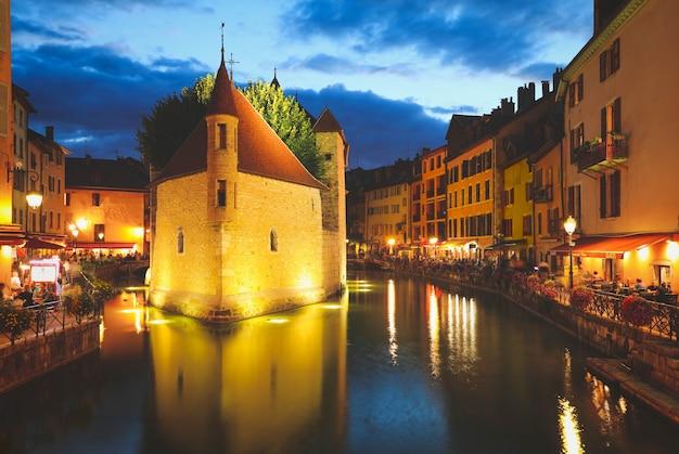 Annecy, frankrijk, - 20 augustus 2020: palais de l'isle, populaire bezienswaardigheid in annecy, de hoofdstad van savoye, genaamd venetië van de alpen, frankrijk