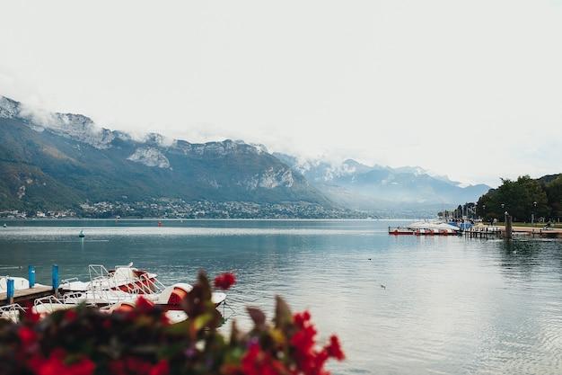 Annecy uitzicht op het meer van de stad annecy. hoge kwaliteit foto
