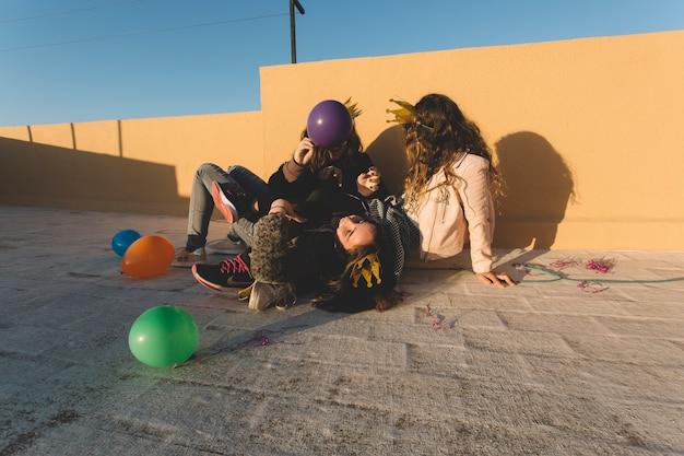 Anoniem meisje met plezier op het dak