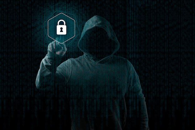 Anonieme computerhakker over abstracte digitale achtergrond. verduisterd donker gezicht in masker en kap.