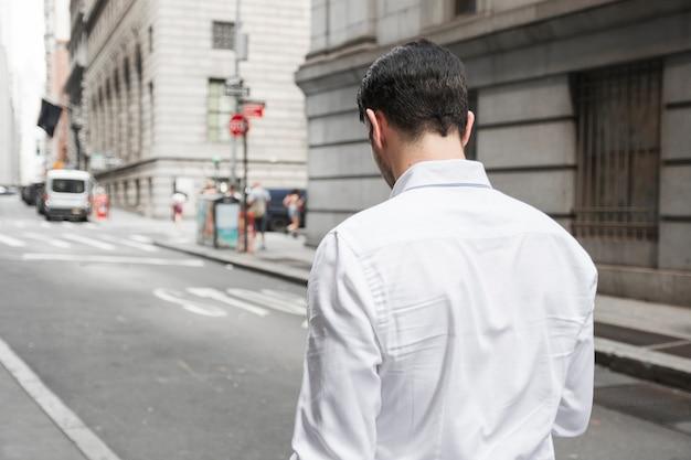 Anonieme man die aan het werk loopt