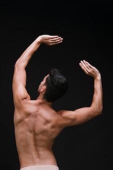 Anonieme man die met opgeheven armen danst