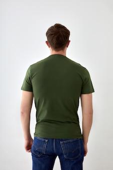 Anonieme man in casual t-shirt staande op witte achtergrond