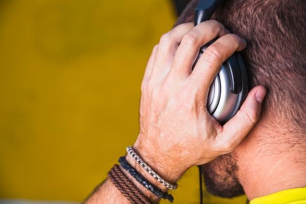 Anonieme man luisteren naar muziek