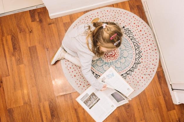 Anonieme meisje leesboek op verdieping