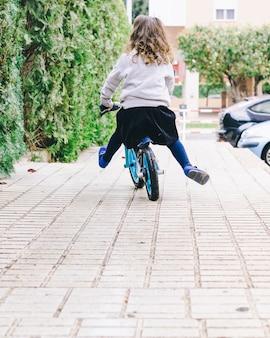 Anonieme meisjes berijdende fiets