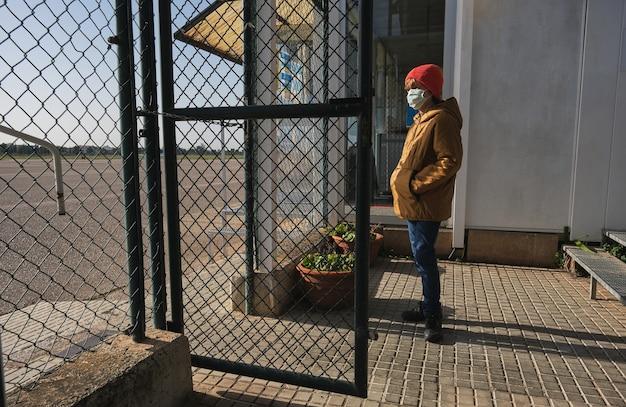 Anonieme persoon die in zonlicht in de buurt van een kettingschakel staat