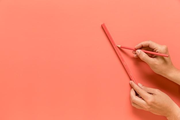 Anonieme persoon die lijn met potlood trekt