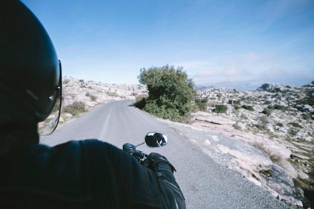 Anonieme persoon tijdens het rijden