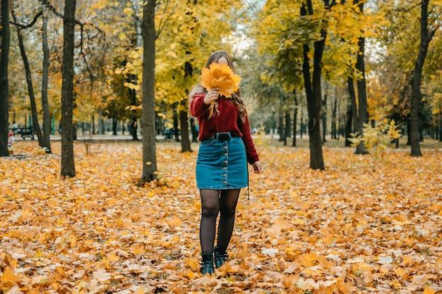 Anonieme portret van vrouw met esdoornbladeren activiteiten voor een gelukkige herfst verbeter jezelf manieren om te zijn