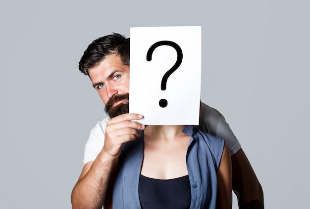 Anonieme vrouw, die achter het ondervragingssymbool gluurt. vrouw incognito. man een vraag, anoniem