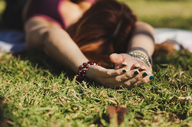 Anonieme vrouw die op gras ligt