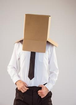 Anonieme zakenman met handen in de tailleband