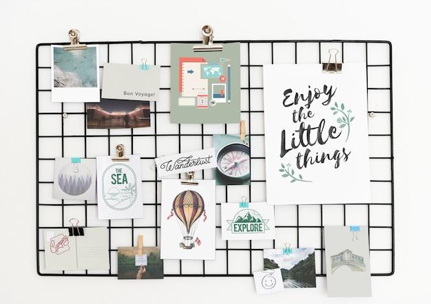 Ansichtkaart en afbeeldingen op een rek tegen een witte muur