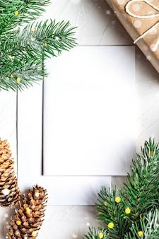 Ansichtkaart en takken van een kerstboom