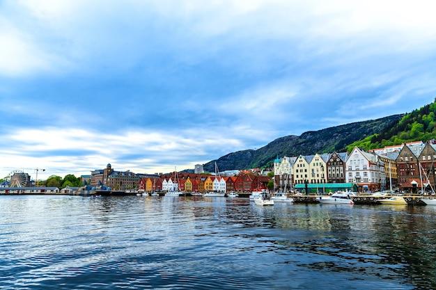 Ansichtkaartweergave van de kleurrijke huizen in de haven