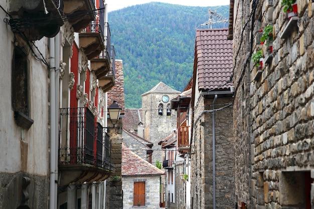 Anso village straat stenen huizen in de pyreneeën