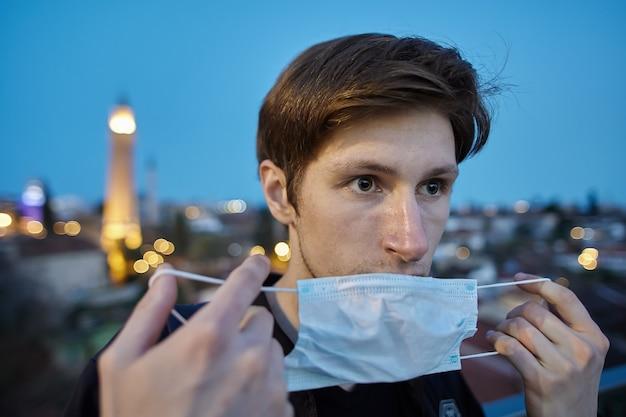 Antalya turkije opende toeristenseizoen tijdens covid europese solo-toerist gebruikt gezichtsmasker als ppe