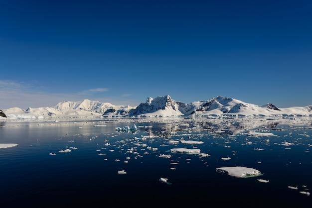 Antarctisch zeegezicht met reflectie