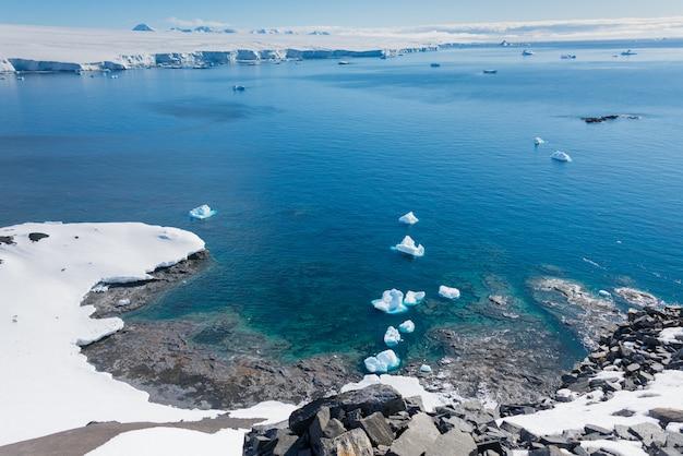 Antarctische landschap met bergen en reflectie uitzicht vanaf zee panoramisch