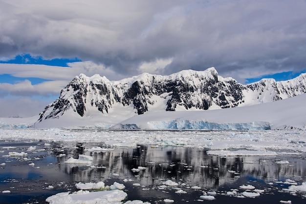 Antarctische landschap met gletsjer en bergen