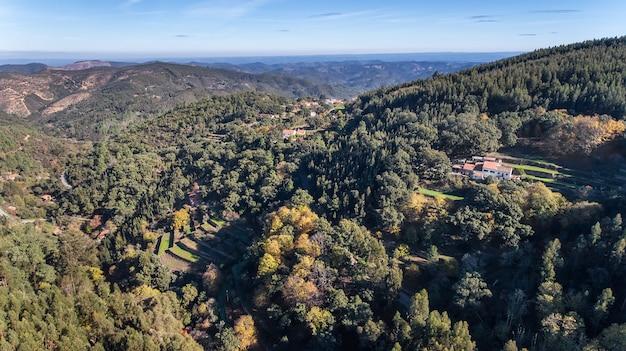 Antenne. bossen en het landschap van ecologische zone monchique. vanuit de lucht door drones.