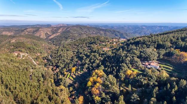 Antenne. bossen en het landschap van ecologische zone monchique. vanuit de lucht met een drone.