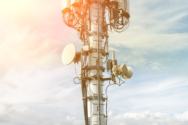 Antenne cellulair 4g, 5g tegen de blauwe lucht, close-up