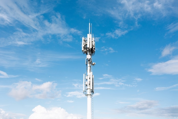 Antenne cellulair 4g, 5g tegen de blauwe lucht