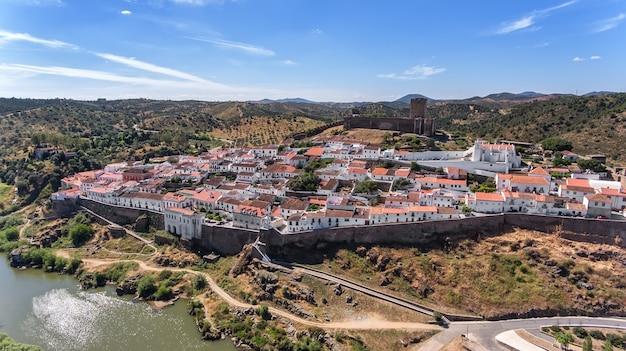 Antenne. het dorp mertola gefilmd met drone sky. portugal alentejo guadiana