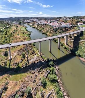 Antenne. het dorp metola gefilmd met drone sky. portugal alentejo guadiana