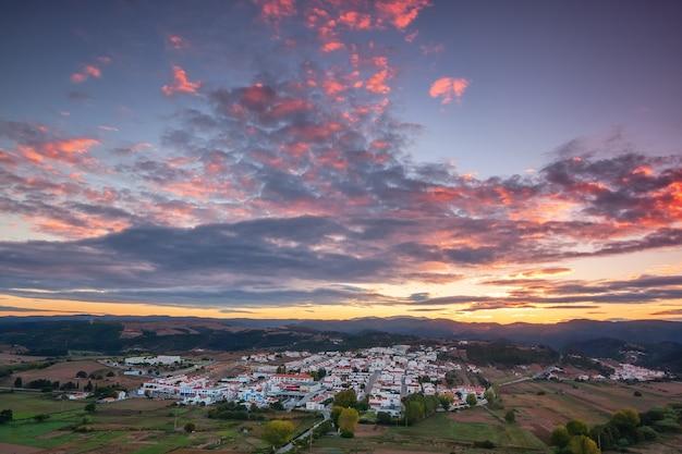 Antenne. magische zonsopgang boven het dorp aljezur.
