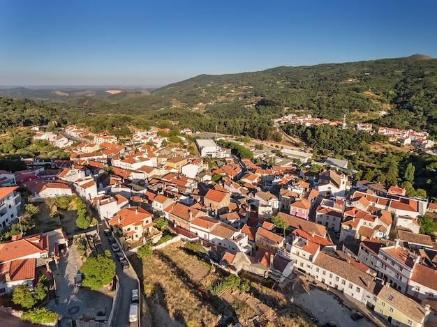 Antenne. oude dorp van monchique, uitzicht vanuit de lucht.