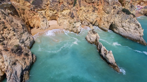 Antenne. rotsen en stranden in de buurt van stranden van portimao.