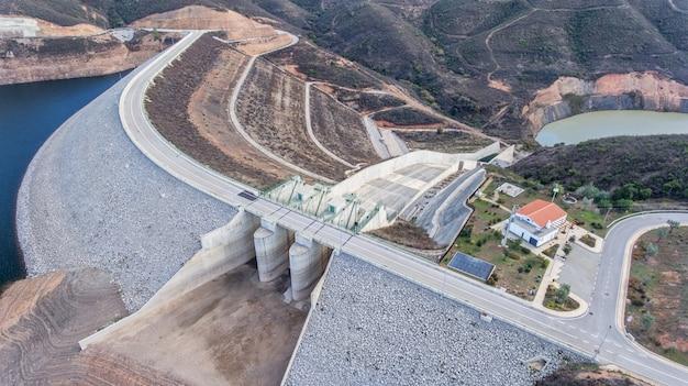 Antenne. structuurpoort voor het aftappen van water op een dam odelouca.