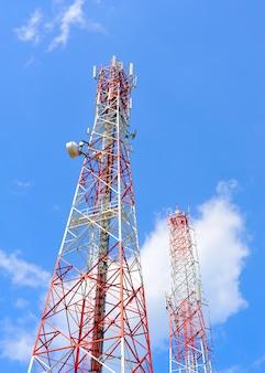 Antenne tegen de blauwe hemel